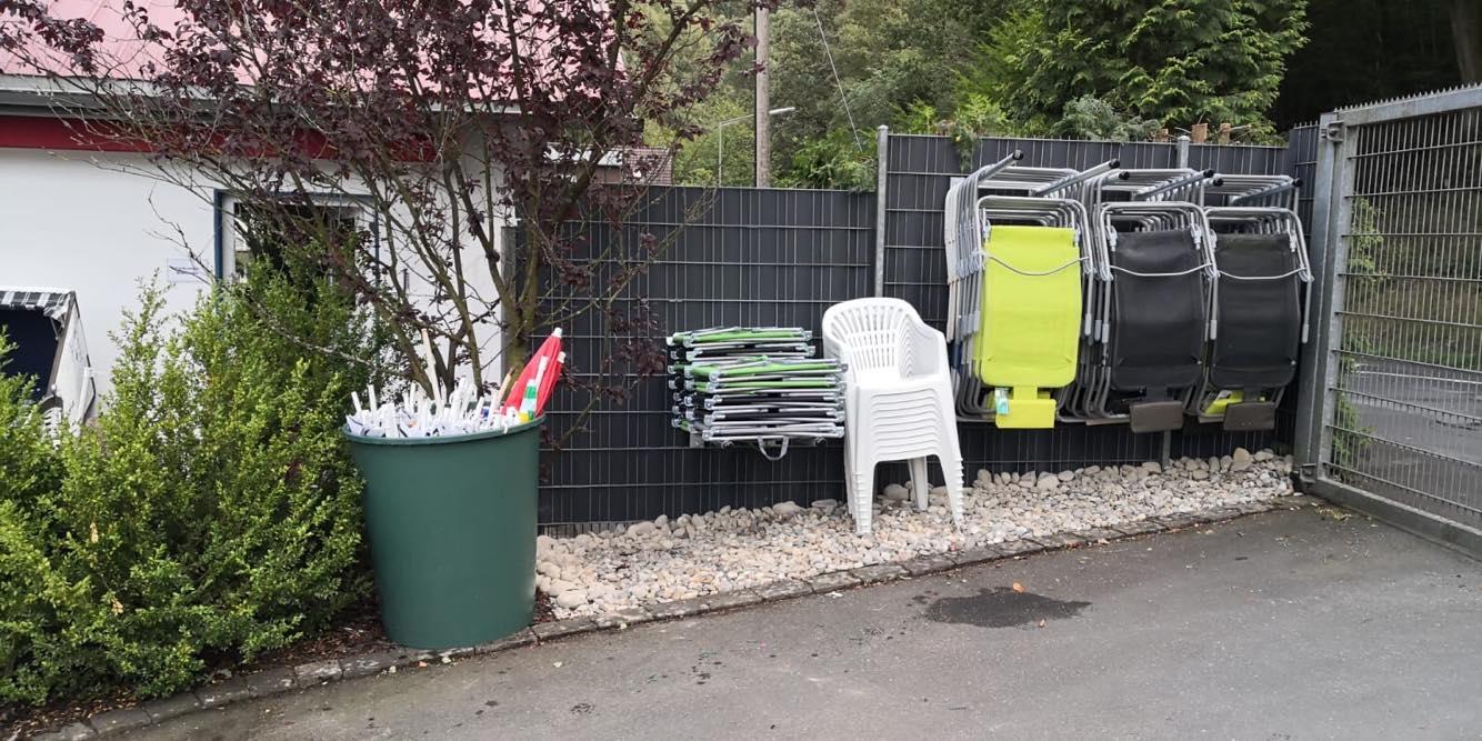 Neue Aufhängung der Liegen und Stühle im Weiher