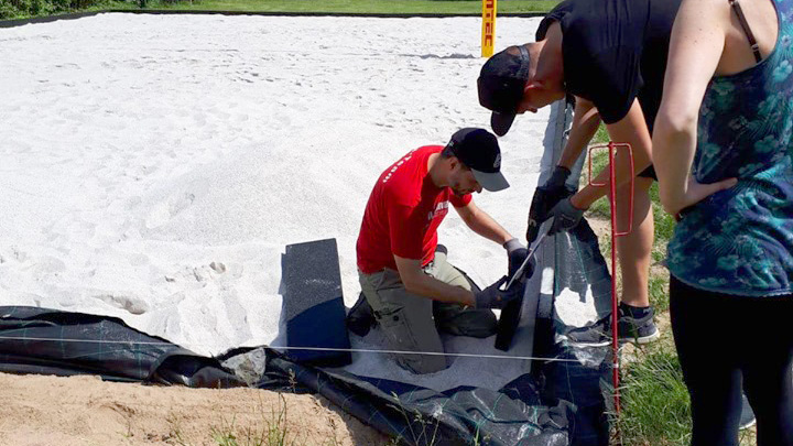 TV Niederschelden hilft beim Aufbau des neuen Beach-Volleyballfelds im Eiserfelder Weiher