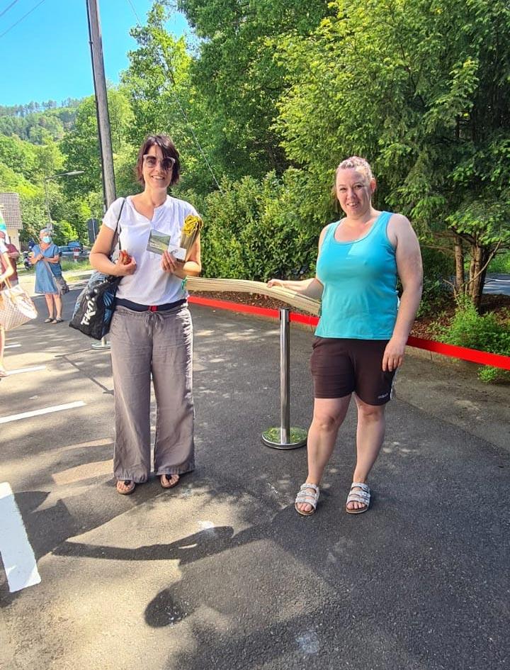 Melanie Kring überreicht die Überraschung an den 150. Badegast